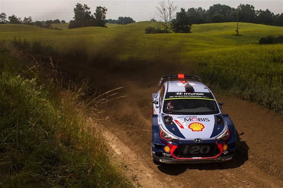 Thierry Neuville leads three-car fight on Rally Poland
