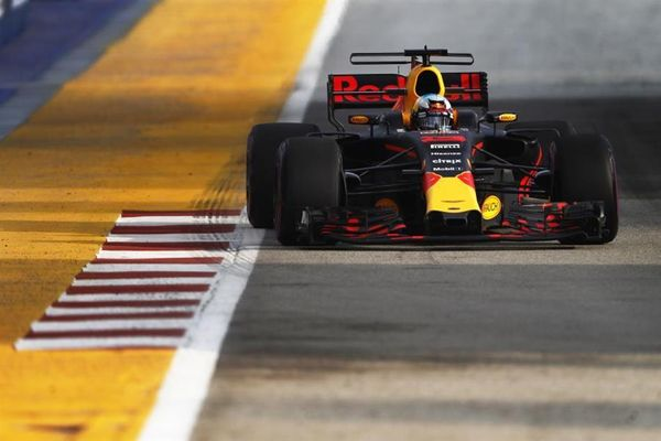 Daniel Ricciardo doubles up with top spot in Singapore Grand Prix FP 2