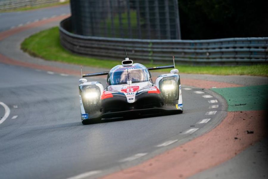 Le Mans Hour 7: Night falls and the LMP1 lead has changed hands more than once