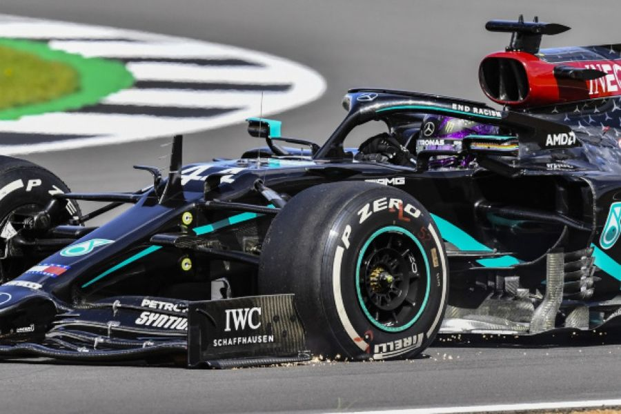 Hamilton wins  British Grand Prix despite last lap puncture